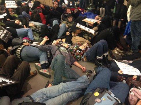 Протестующие провели акцию «Умирание» в нью-Йоркском магазине Apple