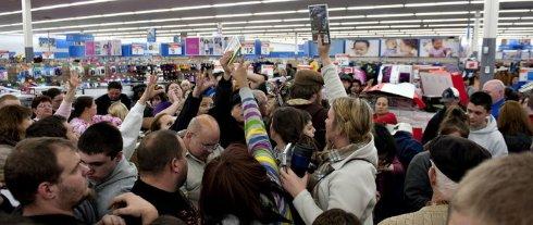 Распродажи привели к массовым дракам между покупателями