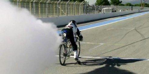Находчивый француз усовершенствовал реактивный велосипед и установил новый мировой рекорд