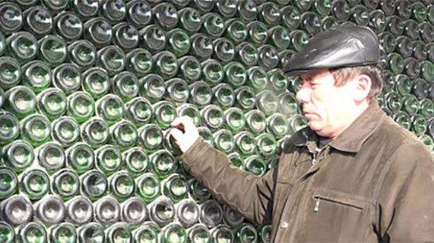 Россиянин соорудил уникальный дом из бутылок шампанского