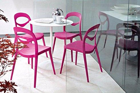 Тренд сезона – яркие стулья в кухне