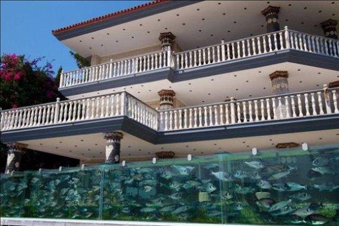 Уникальнейший забор-аквариум построили в Турции