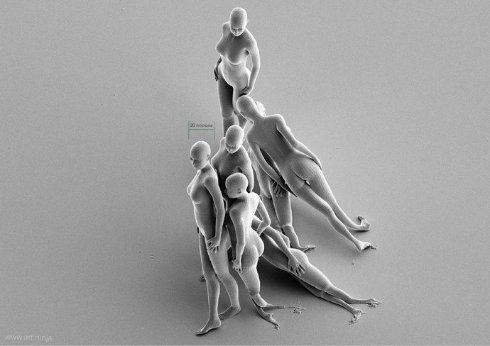 Британский художник украсил ушко иглы скульптурами