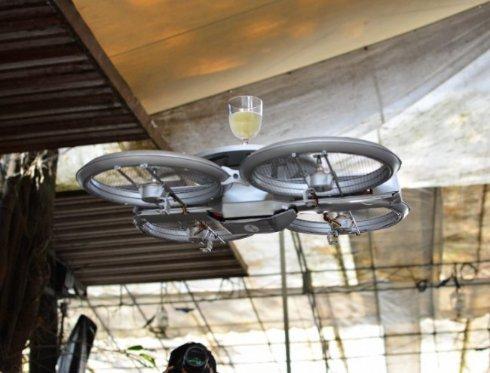 В ресторанах Сингапура официантов заменили летающими дронами