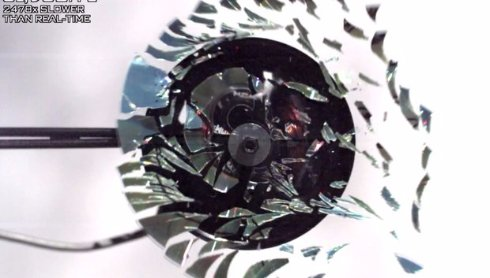 В Сеть попало видео замедленного разрушения CD-диска. Удивительное зрелище!