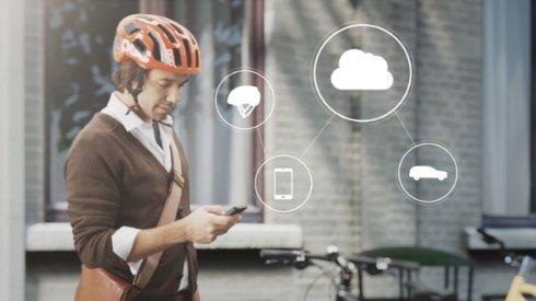Volvo разработала велосипедный шлем, который поможет избежать столкновения с авто