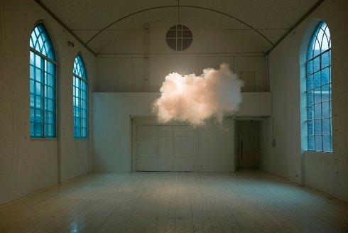 Художник создаёт настоящие облака внутри помещений (Видео)