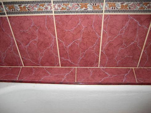 Как удалить зазор между ванной и стеной