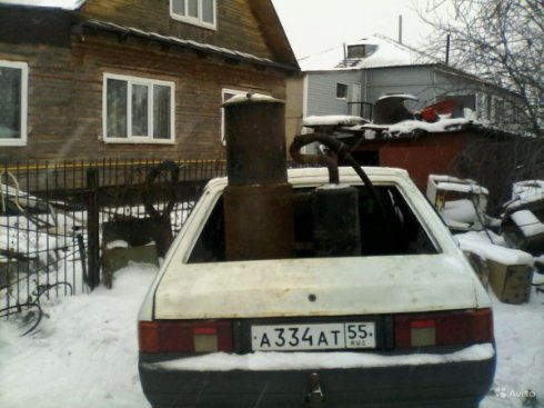 Житель Омска заправляет свой автомобиль шишками и навозом